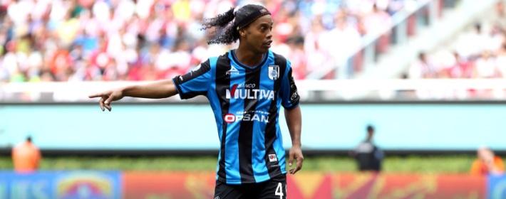 Ronaldinho marque et prend un carton