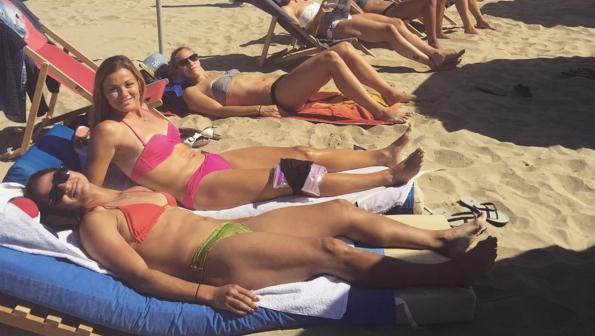Laure Boulleau en maillot de bain à la plage