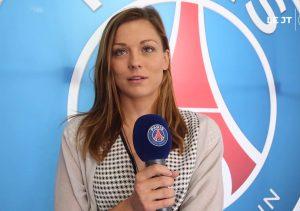 Laure Boulleau tient le micro