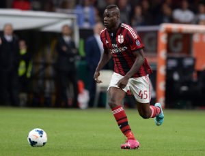 MILAN, ITALY - MAY 18:  Mario Balotelli of AC Milan in action during the Serie A match between AC Milan and US Sassuolo Calcio at San Siro Stadium on May 18, 2014 in Milan, Italy.  (Photo by Claudio Villa/Getty Images)