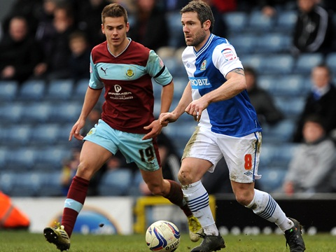 Blackburn Rovers' David Dunn (right) and Burnley's Alex Kacaniklic (left) battle for the ball.