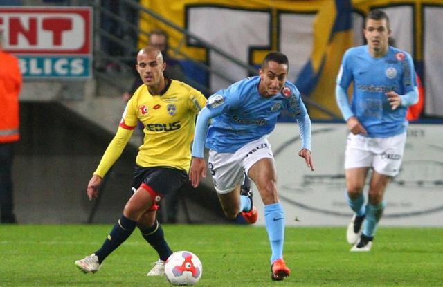 ©PHOTOPQR/L'ALSACE ; Thomas Guerbert (24) face à Said-Eddine Khaoui (8) lors de la 11éme journée de championnat de Ligue 2 : Fc Sochaux - Montbéliard (jaune-bleu) contre Tours Football Club (bleu), à Sochaux le 16 octobre 2015.