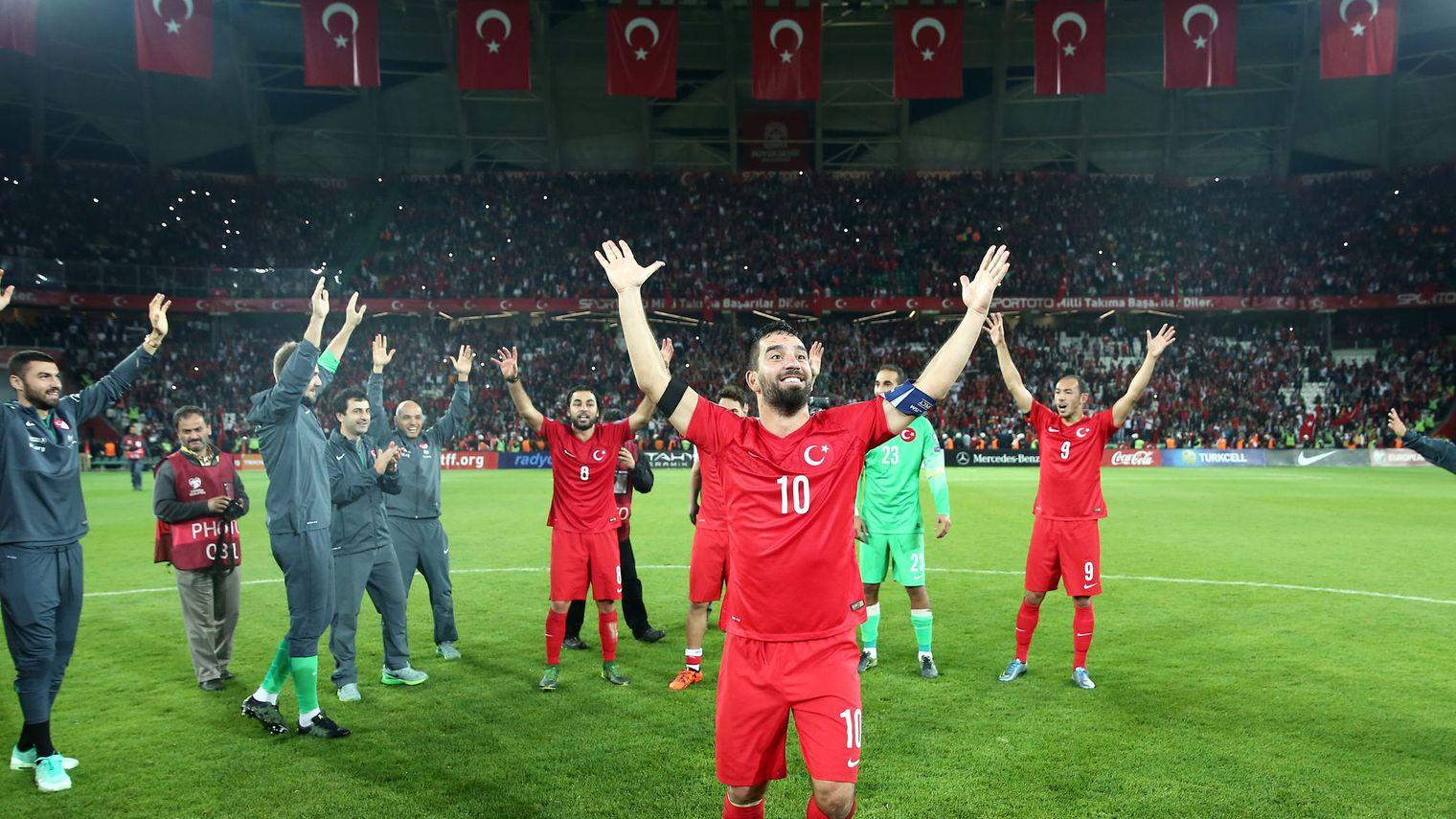 le-turc-arda-turan-fete-la-qualification-de-son-equipe-pour-l-euro-2016-apres-la-victoire-contre-l-islande-le-13-octobre-2015-a-konya_5445143