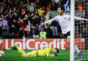 Valencia's Portuguese midfielder Andre Gomes (R) celebrates a goal during the UEFA Europa League Round of 32 first leg football match Valencia CF vs SK Rapid Wien at the Mestalla stadium in Valencia on February 18, 2016. / AFP / BIEL ALINO        (Photo credit should read BIEL ALINO/AFP/Getty Images)