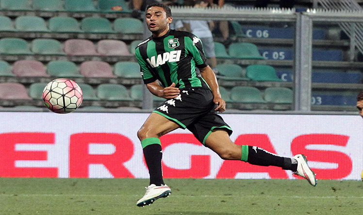 Sassuolo's Gregoire Defrel (L) scores the goal against Inter during the triangular soccer match for the 2015 Trofeo Tim (Tim Trophy) between US Sassuolo, Inter FC and AC Milan at Mapei Stadium in Reggio Emilia, Italy, 12 August 2015. ANSA/ELISABETTA BARACCHI