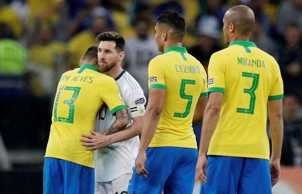 Dani Alves vole au secours de Leo Messi
