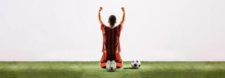 Il imite les célébrations des footballeurs à la perfection